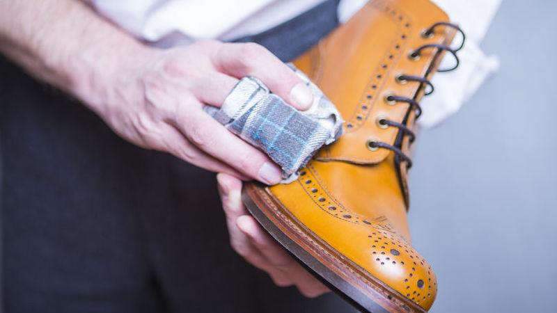 Stivali di pelle: come pulirli con un metodo semplicissimo