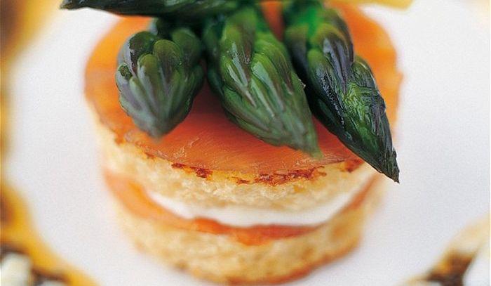 Crostini con asparagi e salmone