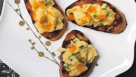 Crostini con bottarga e uova