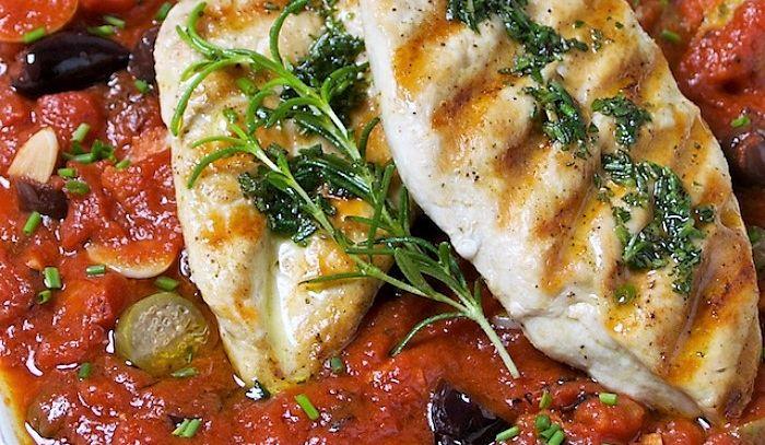 Fesa di tacchino con pomodori e olive