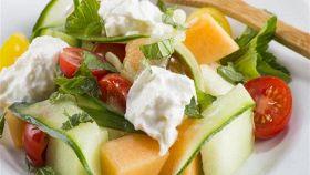 Insalata di melone e formaggio, per un antipasto freschissimo