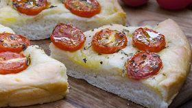 Focaccia con pomodori e origano