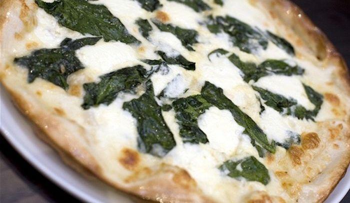 Pizza agli spinaci e ai pinoli