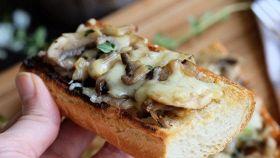 Crostone funghi e mozzarella