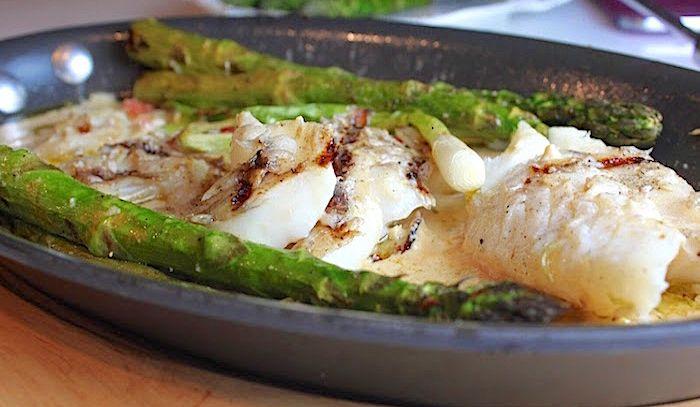 Pesce al cartoccio con asparagi e funghi