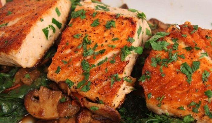Salmone con funghi e spinaci