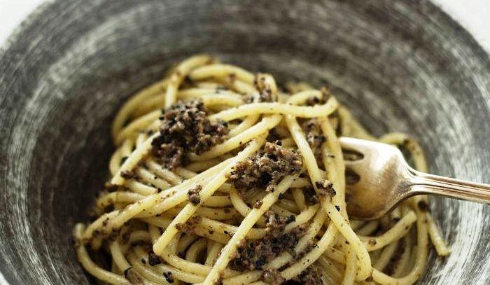 Spaghetti al sugo di tartufo nero ed alici