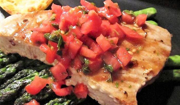 Tonno grigliato in salsa rossa