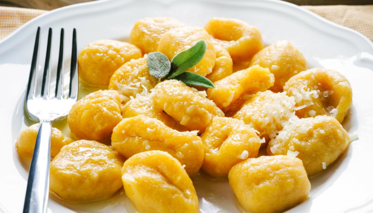 Ricetta Sugo Bianco Per Gnocchi.Ricetta Gnocchi Di Patate Con Sugo Di Zucca Le Ricette Di Buonissimo