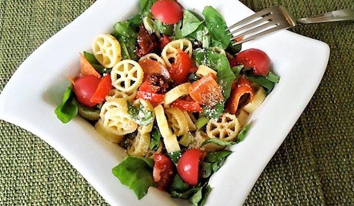 Insalata di pasta con rucola e pomodori