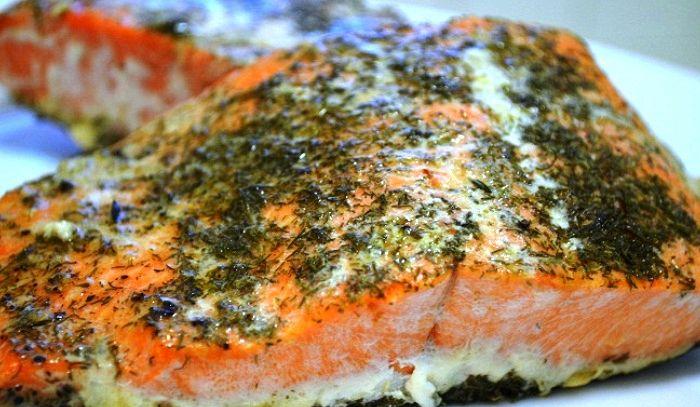 Salmone in salsa al timo