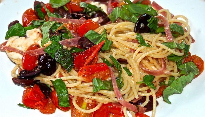 Spaghetti con olive e bresaola