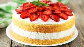 Soffice torta di fragole per dare il benvenuto alla primavera