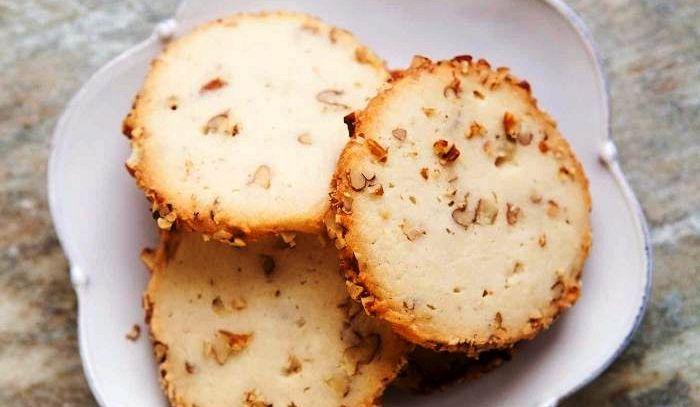 Biscottini con feta e noci