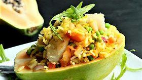 Cestini di papaya con riso e gamberi