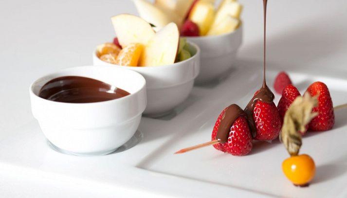 Coppe al cioccolato e frutta mista