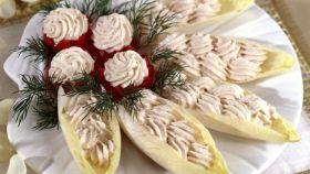 Mousse di salmone affumicato su foglie di indivia