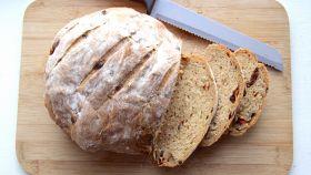 Pane con olive e pomodori secchi
