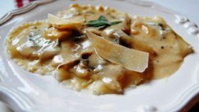 Ravioli ai funghi con fonduta di tartufi