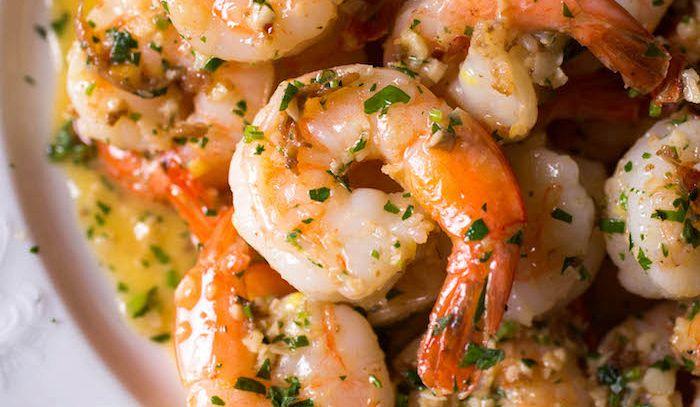 Gamberi e pesce in salsa di erbe aromatiche
