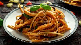Spaghetti alle melanzane, il primo piatto che sa di Sicilia