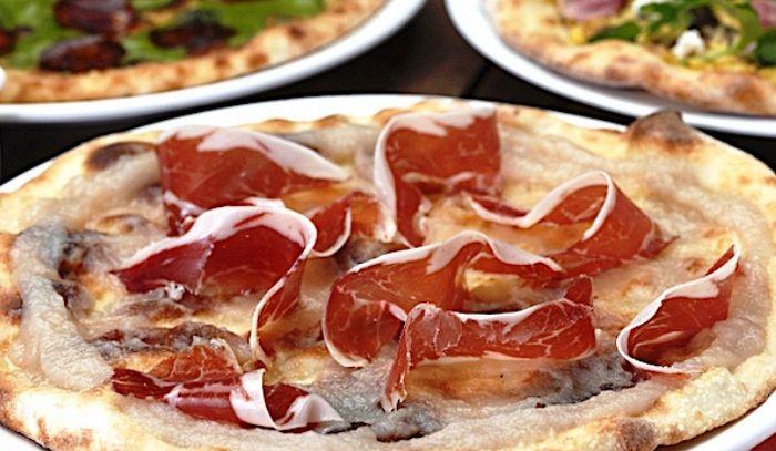 Pizza al testo con prosciutto