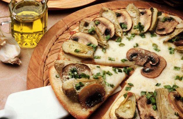 Pizza con funghi all'aglio