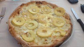 Pizza con mele e gorgonzola
