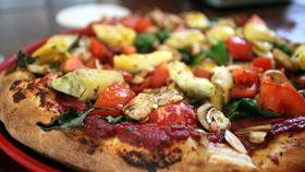 Pizza con pomodoro fresco e carciofini