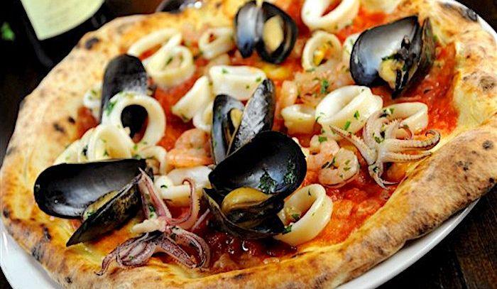 Pizza con zafferano e frutti di mare