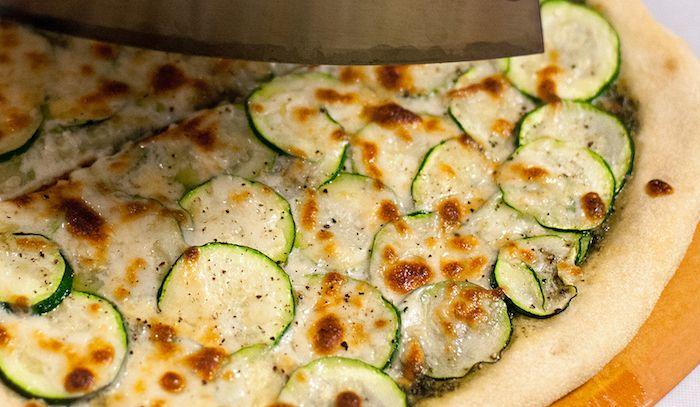 Pizza con zucchine, pesto e pecorino