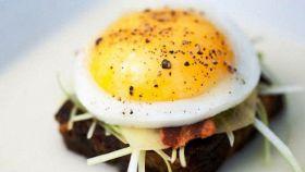 Focaccina con uova e pancetta