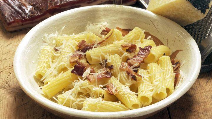 Cipolle e guanciale per una ricetta saporita pronta in 10 minuti