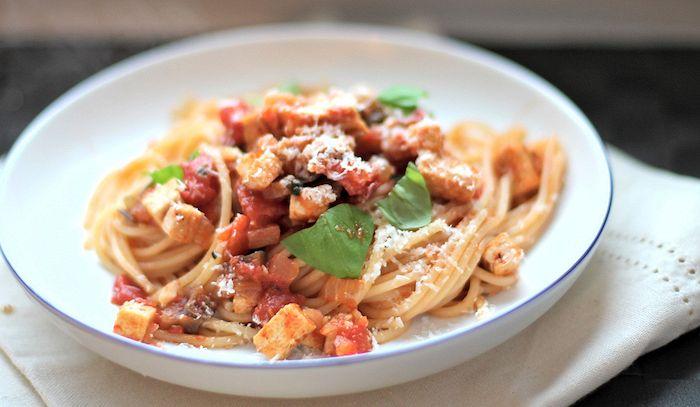 Spaghetti con coda di rospo melanzane e pomodori