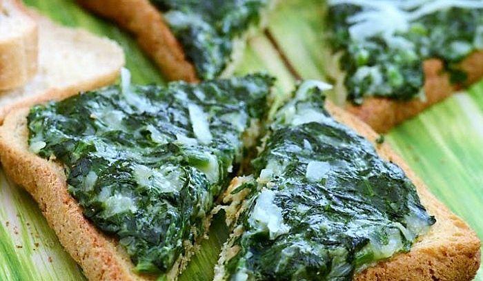 Tartine con spinaci e acciughe
