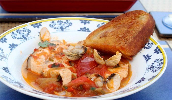 Zuppa di pesce ai carciofi e finocchietto con crostini all'aglio