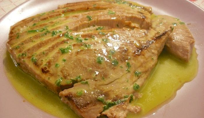 Filetto di tonno arrosto con salsa al vino bianco