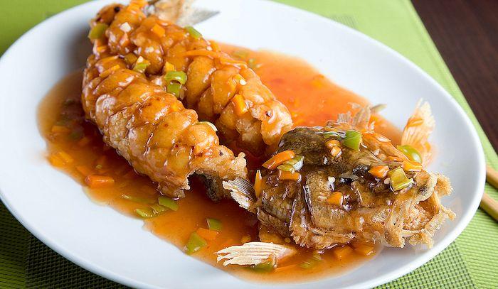 Pesce brasato in salsa di peperoncino e aglio