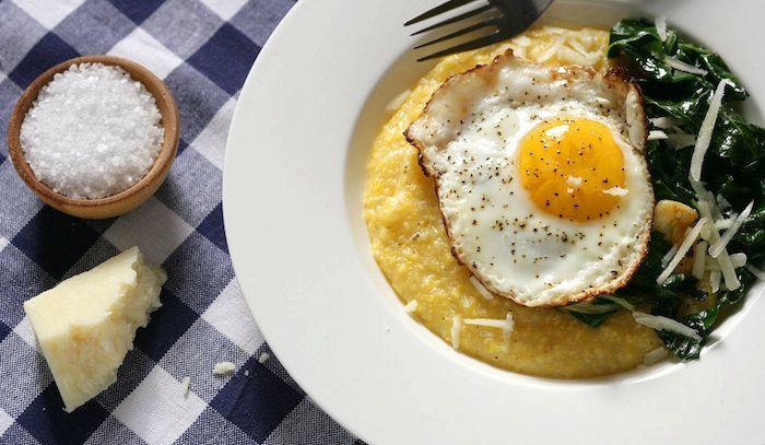 Nidi di polenta con uova e fontina