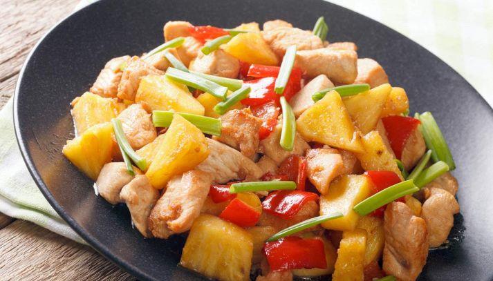 Pollo con ananas peperoni e anacardi