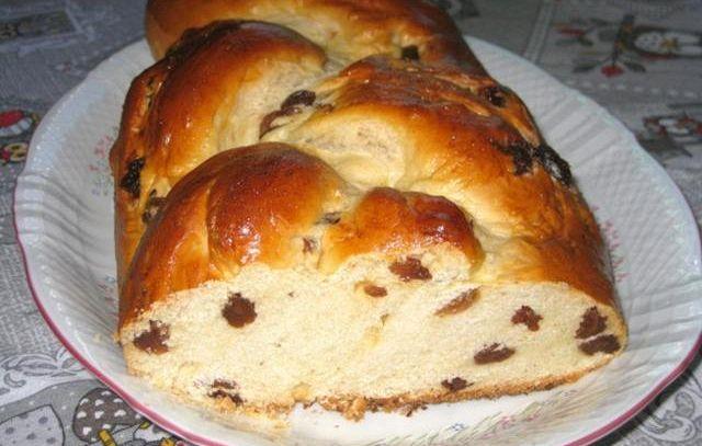 Treccia di pan brioche con l'uvetta