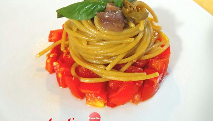 Spaghetti integrali con alici su tartare di pomodori