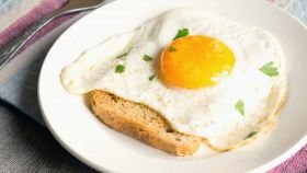 Uova nel pane: guardate che piccola magia