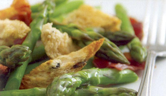 Insalata di asparagi e prosciutto con crostini