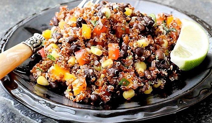 Insalata di quinoa rossa e fagioli neri