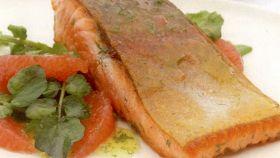 Salmone scottato con pompelmo e crescione