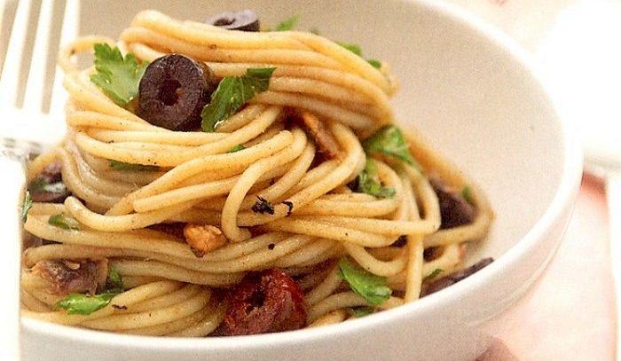 Spaghetti con acciughe e olive nere