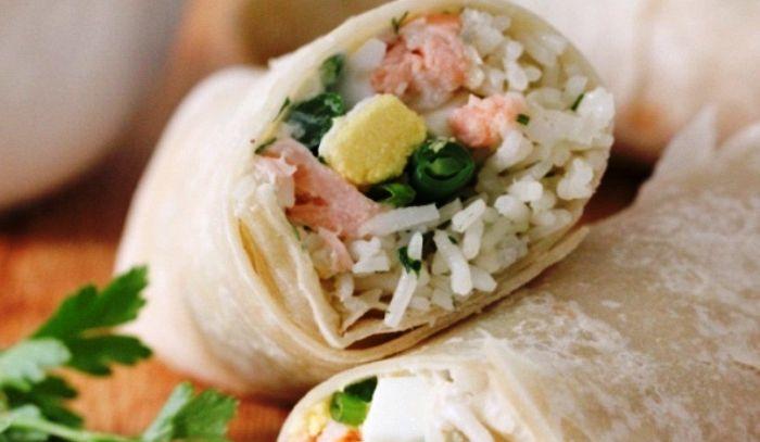 Burritos di salmone e riso