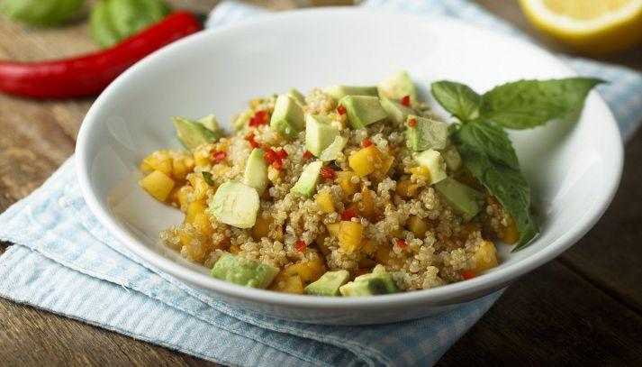 Insalata di quinoa, mango e avocado