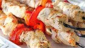 Kebab di pollo e verdure alla griglia